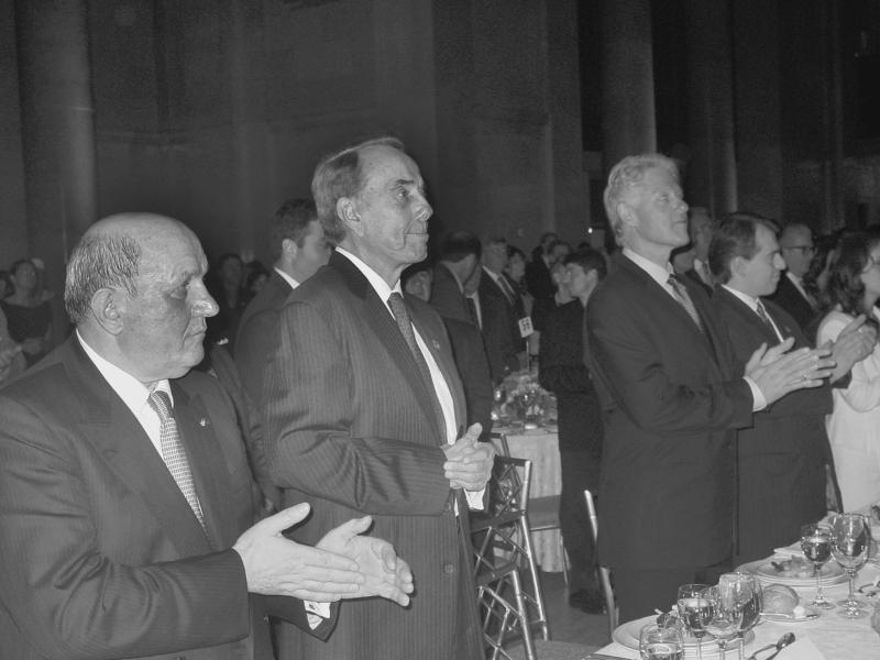 Xhemail (Jim) Xhema (majtas) me ish senatorin Bob Dole dhe ish presidentin Bill Clinton, në mbrëmjen e Këshillit Kombëtar Shqiptaro – Amerikan, në qershor 2003.