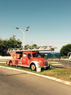 En gammel brannbil parkert på en trafikkøy