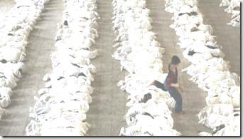 foto de criança saltando corpos na Síria é uma farsa