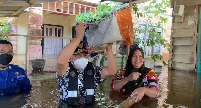Kunjungi Lokasi Banjir, Gubernur Kalteng Salurkan Langsung Bansos