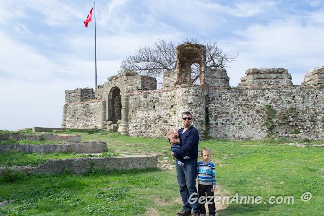 oğullarım ve babası Riva kalesinde dolaşırken, İstanbul