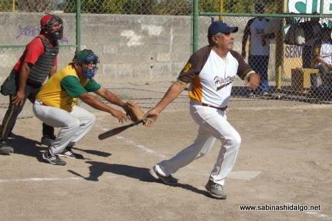 Reynaldo Sepúlveda bateando por Hipertensos en el softbol de veteranos