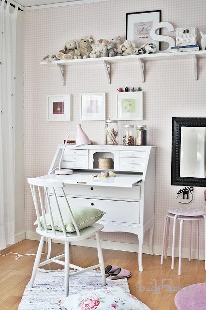House number 15 Byrå och bokhylla