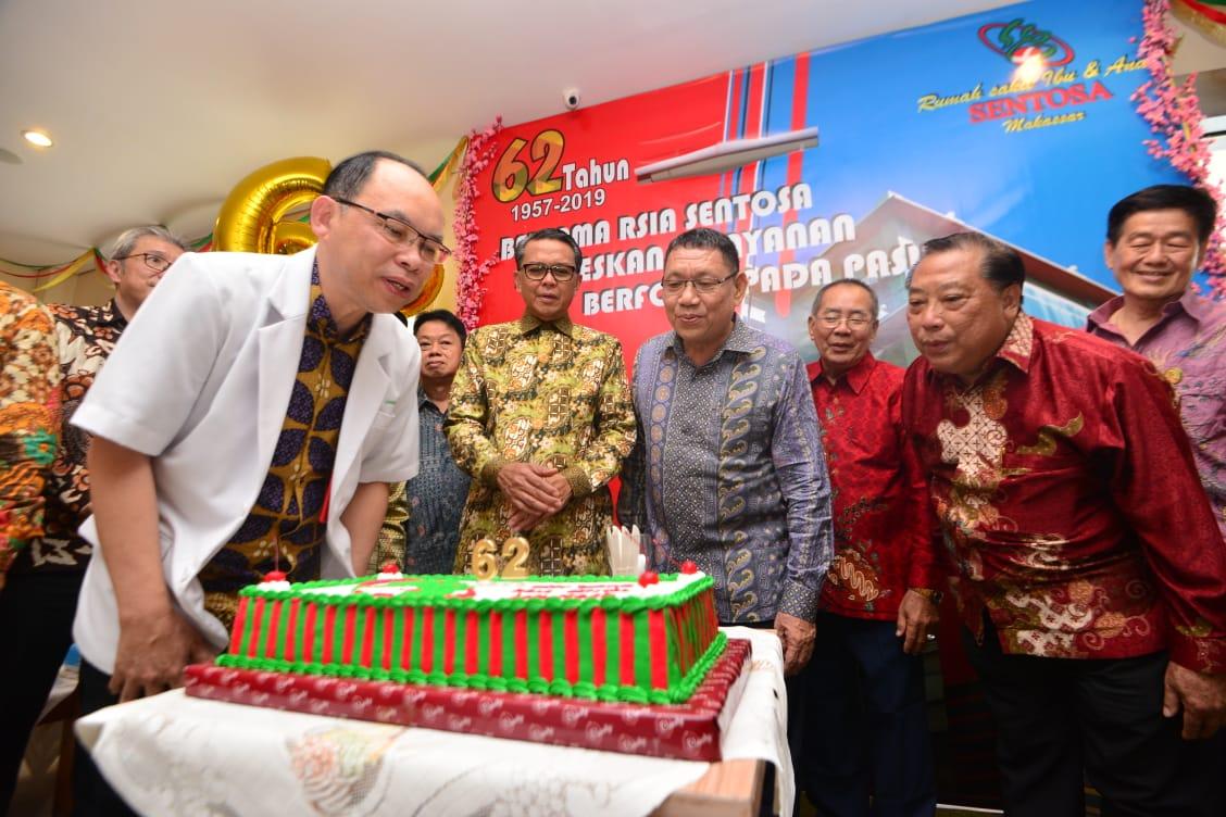 Gubernur Nurdin Berikan Bingkisan Kelahiran di RSIA Sentosa Dalam Rangka HUT ke 62