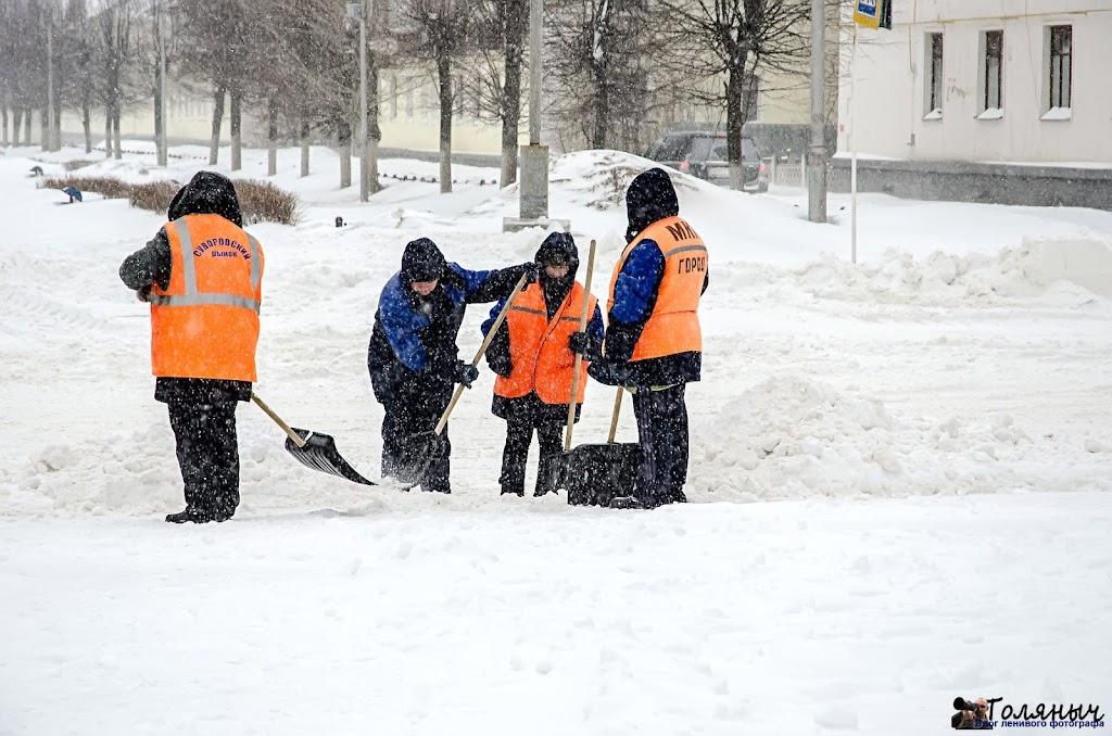 Коммунальные службы города в режиме работы лопатами