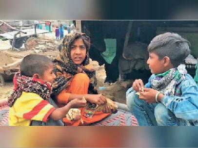 कोरोना संकट / तीन दिन से भूखे बच्चों और बुजुर्गों के लिए मसीहा बनी पंजाब पुलिस