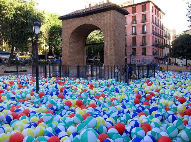 plaza del dos de mayo piscina por pelotas viendo madrid