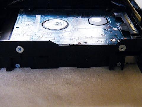 HDDを固定しているサイドのネジ
