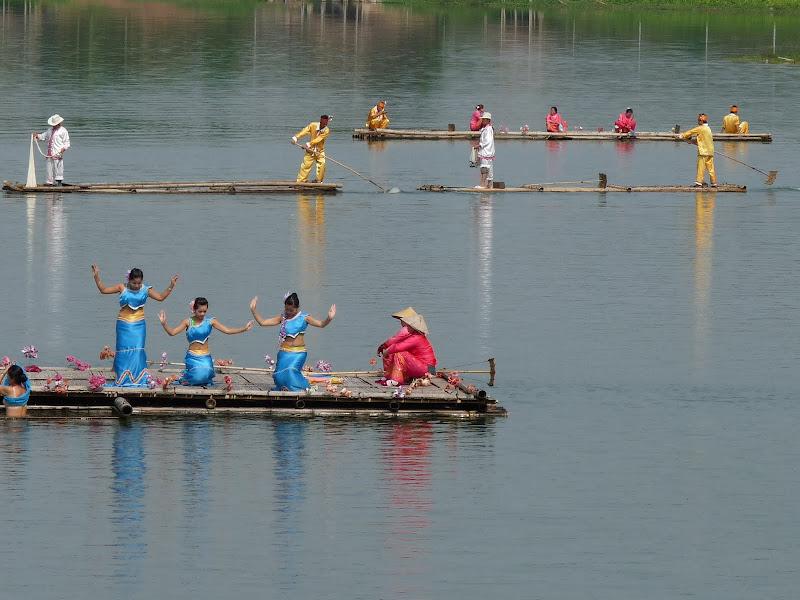 A gauche ,une danseuse est tombée à l'eau