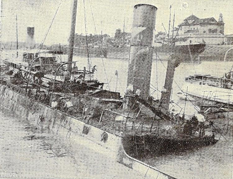 El vapor IPARRAGUIRRE, hundido en el puerto de Sevilla en 1914. Foto revista Mundo Grafico. Archivo Manuel Rodriguez Aguilar.jpg