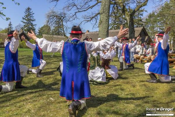 Kaszubscy tancerze na Czarnym Weselu w Klukach