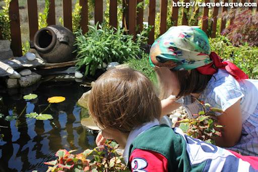 Paola y Borja en el estanque del jardín de mis cuñados en Santiago de Compostela