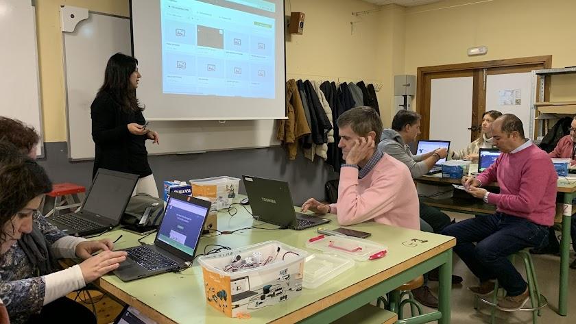 Profesores formándose en robótica y programación para el programa RetoTech de Fundación Endesa.