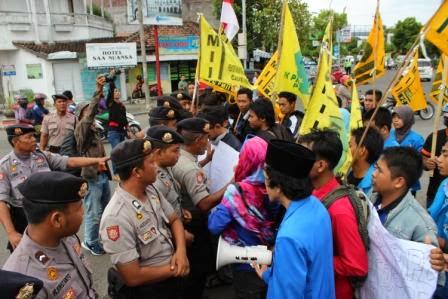 demo mahasiswa PMII Matraman tolak kedatangan jokowi di Ngawi
