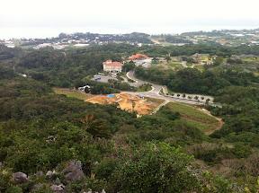 頂上から北側を望む。手前の赤い屋根が文化センター、奥の赤瓦屋根が吹抜けトイレのある建物
