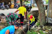 Peduli Kesehatan Masyarakat, Anggota Koramil 06/Peukan Baro Gotong Royong Bersihkan Parit