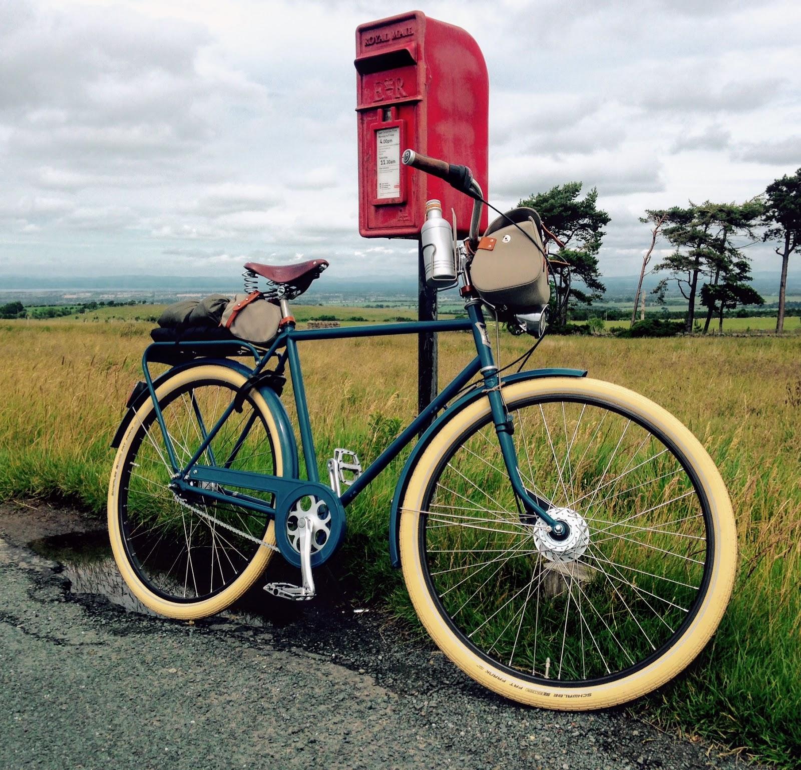 Pilen Lyx herr Blå helfärgad. Extrautrustning: vita däck Fat Frank och läderhandtag (pedalerna har kunden satt på själv).
