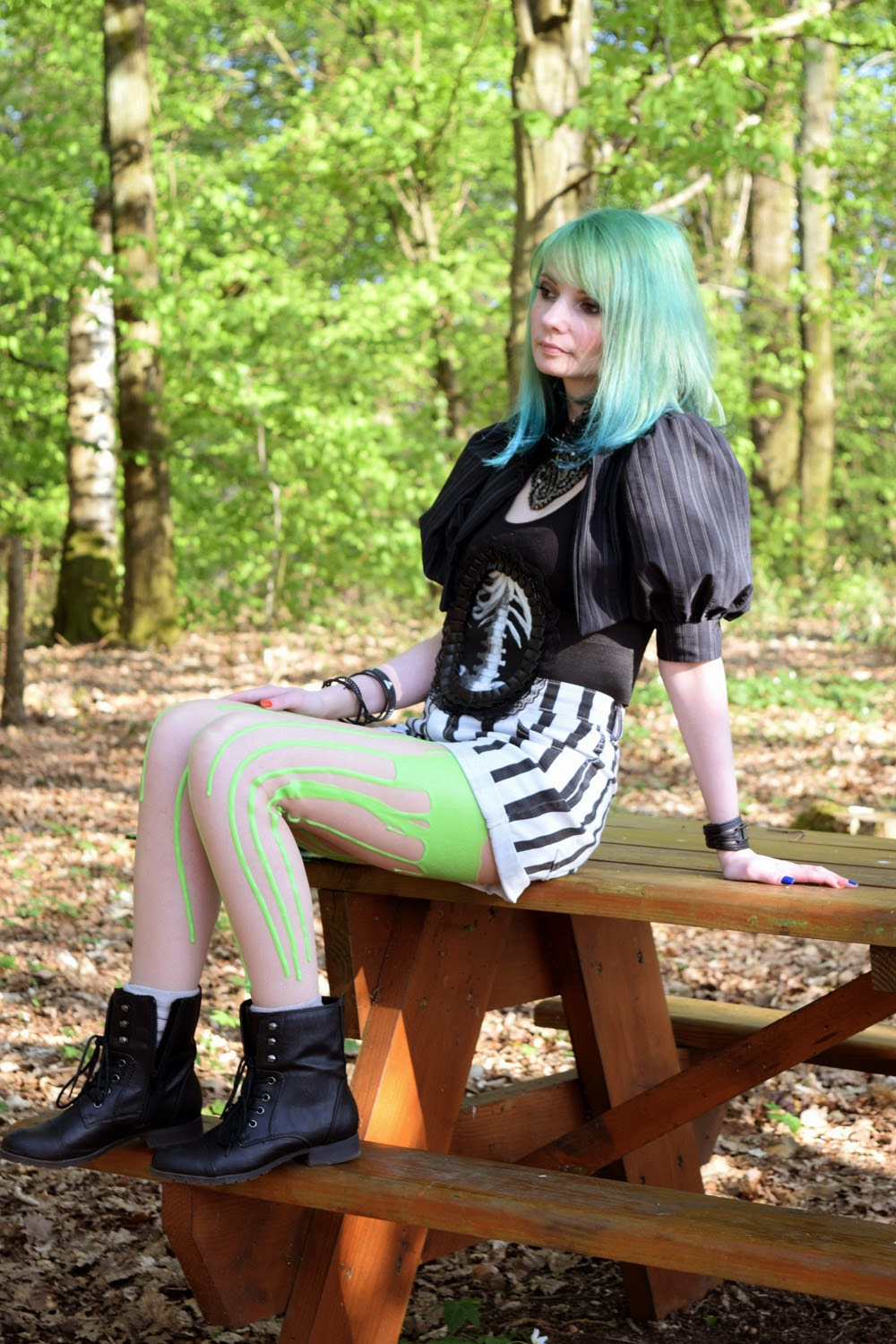 Look Beetlejuice : Short rayé, collant Urb clothing, boléro Myoppa