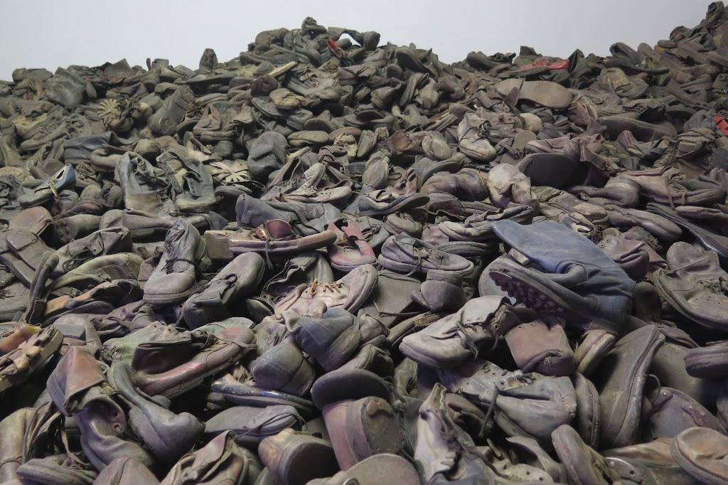 Bedrückend ist vor allem jene Baracke, die mit Schuhen der Opfer gefüllt ist