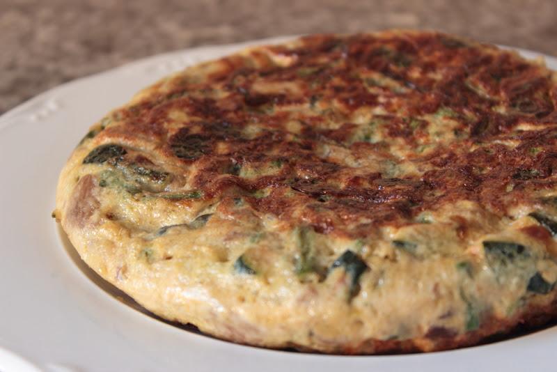 Tortilla de espárragos verdes, setas y calabacín
