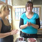Aukje en Miranda zorgen voor de gehaktballetjes met een heerlijk sausje.