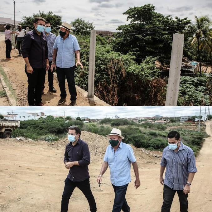 Prefeito e vice vistoriam obras de pavimentação em Afogados da Ingazeira