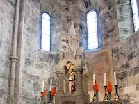 A jáki templom főoltára mögött Szent György freskó található.jpg