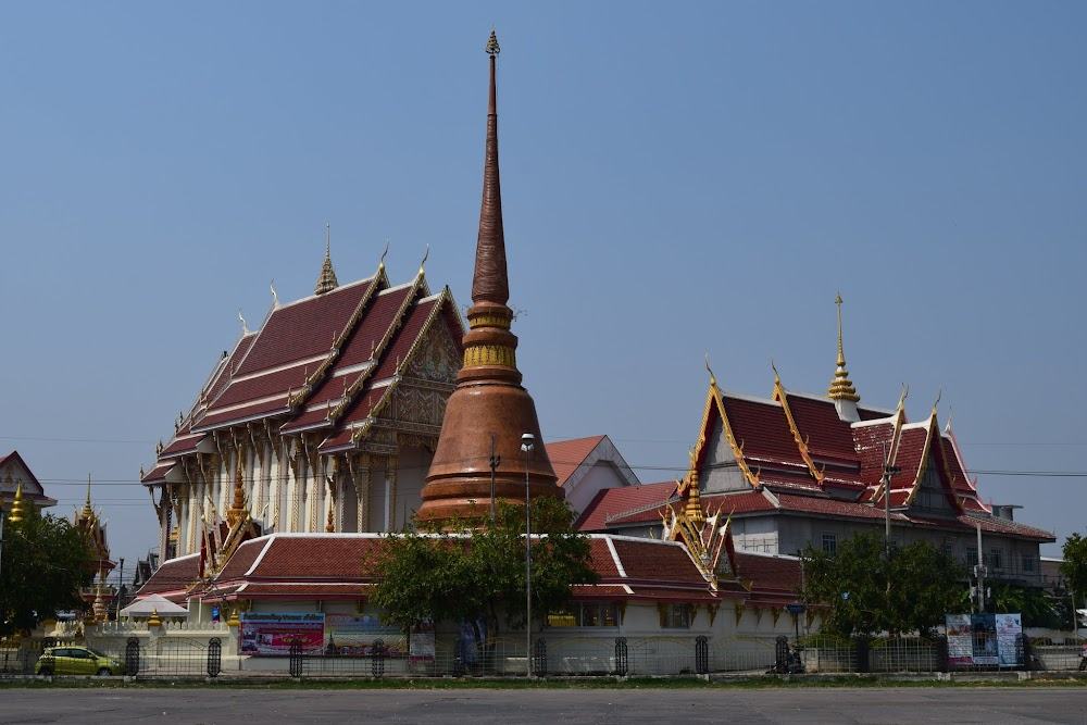 view of the Wat Thaat, near the lovely Bueng Kaen Nakhon, which is surrounded by parks...
