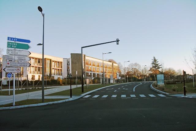 254. 15 déc. 2013 – Avenue de la Liberté en direction de Thiers, Le Puy, Abrest, St Yorre, des lycées publics, de l'hôpital, origine de la première tranche du projet. La direction de Cusset (accès interdit PL +7,5 t) est à gauche.