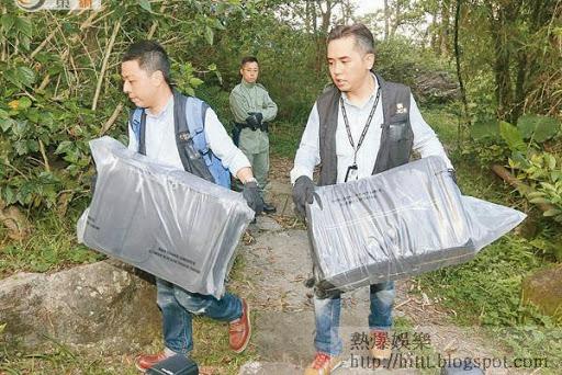 探員檢走兩個疑曾被綁匪用作載運贖款的篋調查。(林兆崙攝)