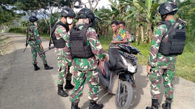 Amankan Jalan Perbatasan Satgas Raider 300 Melaksanakan Pemeriksaan Kendaraan