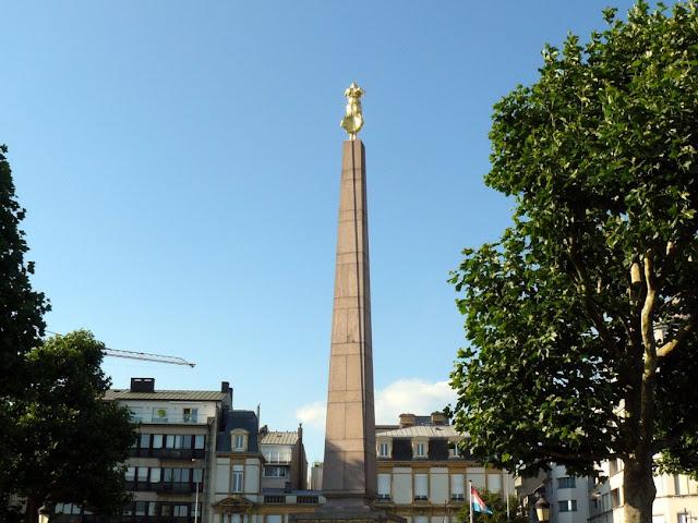 Cattedrale di Notre Dame e Place de la Constitution