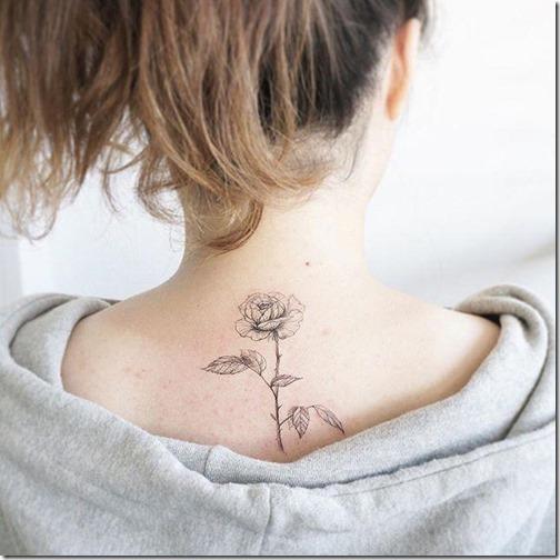 tatuaje_de_contorno_delicado_en_la_espalda
