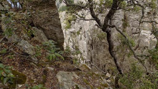 A la sortie de la cheminée, en surplombant le couloir abrupt et en obliquant en spirale vers le sommet