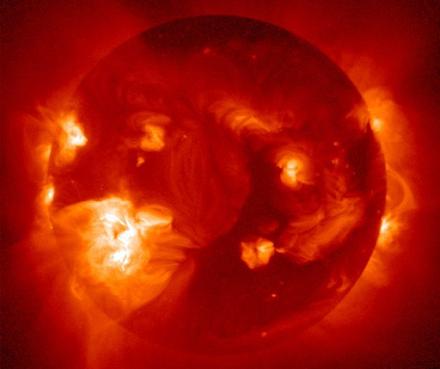"""Παγκόσμιο """"μπλάκ άουτ"""" για μήνες στο ίντερνετ μπορεί να προκαλέσει μια ηλιακή καταιγίδα μέσα στην επόμενη δεκαετία"""