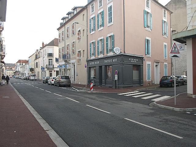 On voit bien que le danger, placé juste avant l'intersection, ne concerne que le boulevard et pas la rue juste à côté !
