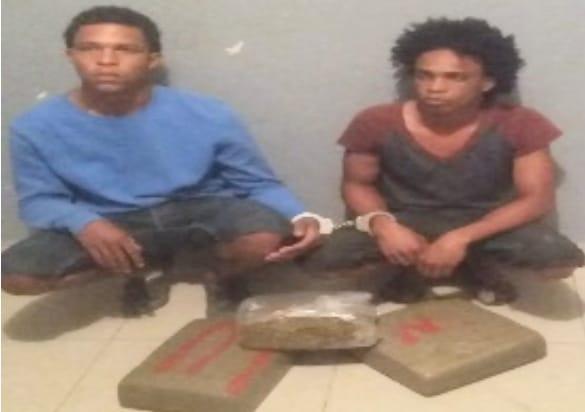 """BARAHONA: Policia Nacional apresa dos individuos en """"Quita Coraza"""" con 3 paquetes de un vegetal que se presume es Marihuana."""