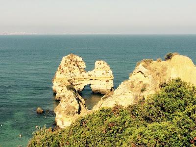 Bilde av en klippe med en grotte som går tvers i gjennom.