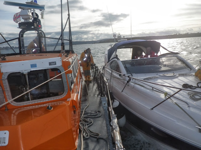 The ALB sets up an alongside tow of the motorboat - 9 November 2013. Photo credit: Paul Taylor, RNLI/Poole