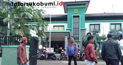 Barang elektronik rusak, warga datangi Kantor PLN Cabang Cibadak / Foto : Isep Panji (18/1/2019)
