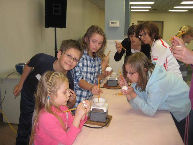 4.16.2011 Dekorowanie jajek goracym woskiem PISANKI. Zdjecia E. Gürtler-Krawczyńska, W.Zabnienski - IMG_7794.JPG