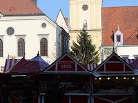 01 - A főtéren óriási - 17 méteres - karácsonyfa magasodik a várásba látogatók fölé.JPG