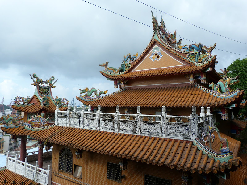 Keelung. Cimetière Francais.Avant quil ne soit vandalisé en novembre 2012.     Temple Zhupu Altar. - P1240786.JPG