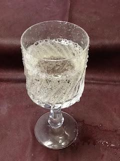 トンボ飲料 シャンメリー 妖怪ウォッチマスカット風味 グラスに注ぐ
