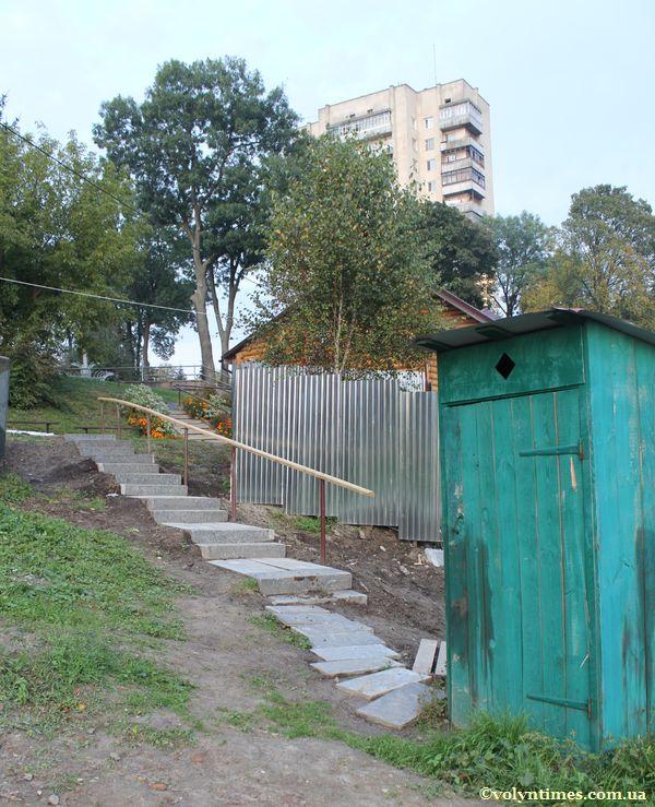 Туалет на могилах і сходи зроблені з залишків базальтових плит