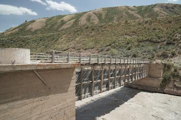 Eine Holzbrücke überspannt den Chong-Naryn