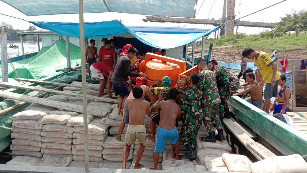 Pelaksanaan Serpas TMMD 110 Anggota Kodim 0912/Kutai Barat Melalui Sungai Mahakam