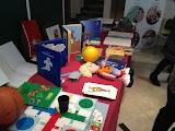 La imagen muestra diferentes materiales para le lectoescritura braille y juegos y juguetes adaptados para ciegos.