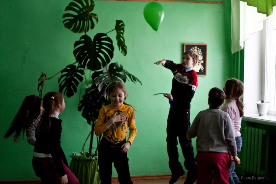 Воспитанники Ветринской школы-интерната играют с воздушным шаром.  / 5 марта 2011г. / д.Быковщина, Беларусь