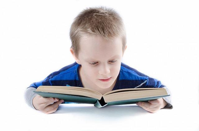 Gambar anak yang sedang membaca